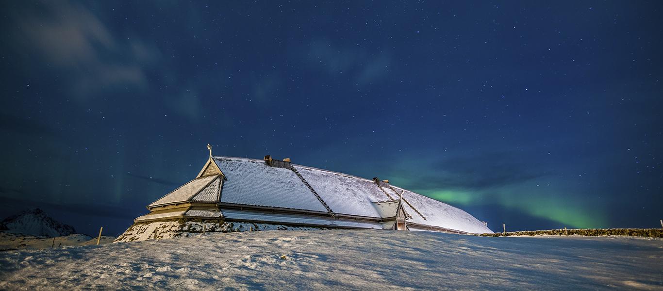 Vikinge langhus under vinterstjernehimlen (Foto: Lofotr.no vikingemuseet,Norge)