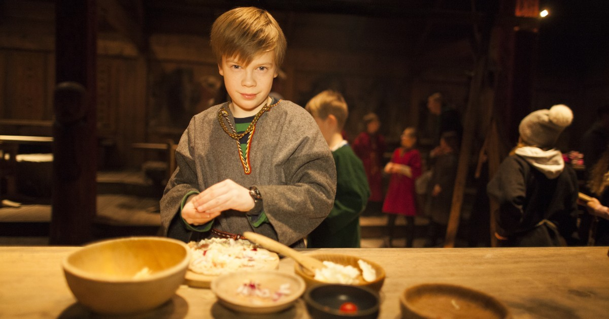 Barn-lager-vikingpizza-foto-Kjell-Ove-Storvik-Lofotr-Vikingmuseum